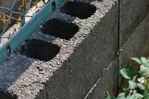 フェンスのコンクリートブロック