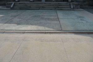 本堂前の石畳